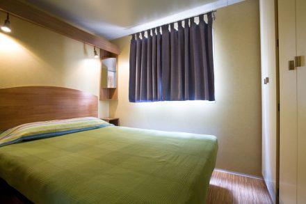 Dormitorio de bungalow mesones en Camping Rio Mundo.