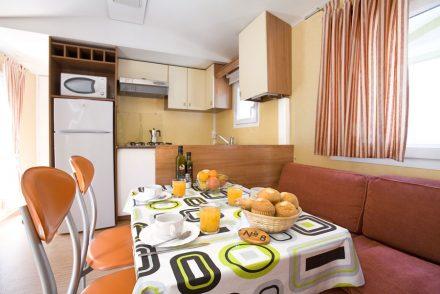 Interior de bungalow mesones en Camping Rio Mundo.